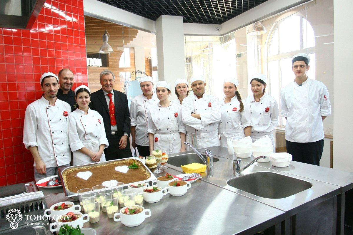 Maurizio Peccolo and Walter Spaltenstein (Rector of SWISSAM) with students