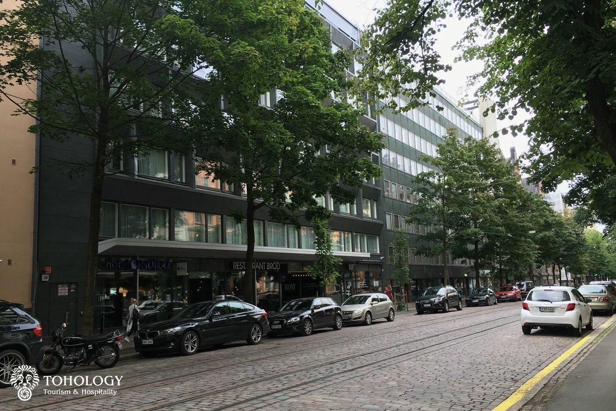 Hotel Indigo Helsinki – Boulevard, view from the street to the main entrance of the hotel
